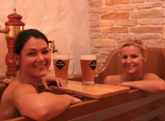 Pivní lázně Bernard prodloužená koupel LUX (ve 2 pivní vany) hotel Metamorphis